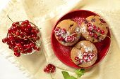 Wholegrain muffins with red currants