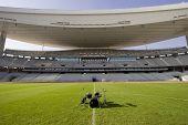 Estadio vacío y el conjunto de tambor en el campo de fútbol de hierba verde