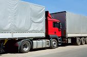 Caminhão vermelho com contêiner de carga no Porto