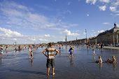 BORDEAUX, França - 8 de agosto: Bordeaux água espelho cheio de gente em um do hotest dias de Verão,