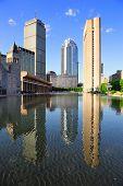 Christian Science praça no centro de Boston com reflexão de exibição e água urbano da cidade.