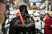 Londres, Reino Unido - 28 de outubro: Pose de Darth Vader e do Storm Troopers na Comicon London MCM Expo. A maioria dos pa