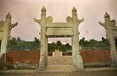 Постер, плакат: Древний алтарь круг и храм солнца Пекин Китай ночь