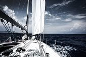 Luxus-Segel-Boot im Meer am Abend, extreme Wassersport, Yacht in Aktion, Sommer Transport, Reise