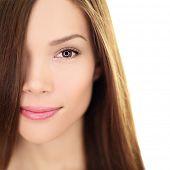 Haar Pflege Schönheit Frau mit langen Haaren. Weibliche brünette Schönheit und Haarbehandlung zumachen. Gemischte rac