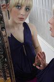 Постер, плакат: Зеркальное отражение довольно девушка носить макияж глаз