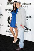HOLLYWOOD, CA. - AUG 3: Rob Schneider und Gast bei The Expendables Los Angeles Premiere am Gr ankommen