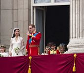 Londres, Reino Unido - 29 de abril: Príncipe William y Kate Middleton saludan a la multitud después de su boda, abril
