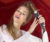 feliz hermosa joven su pelo que se encrespa