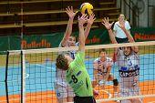 KAPOSVAR, Hungría - 8 de diciembre: Anshel Ver Eecke (8) pulsa la bola en el voleibol de la Challenge Cup