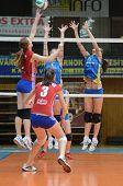 KAPOSVAR, Ungarn - 4. Februar: Zsanett Pinter (2) blockiert den Ball auf die ungarische NB I. Liga-wom