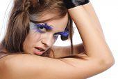 mulher sexy com maquiagem moda e fita preta em carpi, isolado no branco