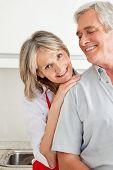 Senior Woman in Küche stützte sich auf die Schulter des Mannes