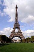 埃菲尔铁塔在阳光明媚的一天