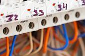 Primer plano de fuseboxes eléctricos y líneas eléctricas
