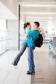 Happy young Couple hugging am Flughafen