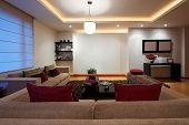 Serie de diseño de interiores: sala modernos con pared blanca vacía