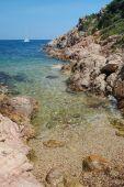 costa rochosa sobre o porto de mar em sardegna