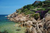 costa rochosa sobre o porto de mar de veados na sardegna