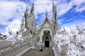 Wat Rong Khun, Entrance