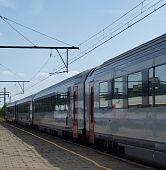 Tren de pasajeros en una plataforma de la estación