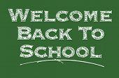 ¡ Bienvenido de nuevo a la escuela en un tablero de tiza.