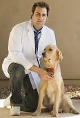Veterinario y perro Golden Retriever