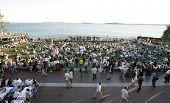 New York 1. Juli: Publikum Mitglieder zusehen, wie Blues Sänger John Hammond mit seiner Band an Wag führt