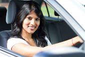 joven India conduciendo un coche