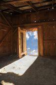 Holz Hütte Innenraum mit Blick auf einen schönen blauen bewölkten Himmel, als ob die Kabine fl ist Lehmboden