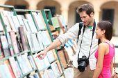 Casal de turista em Havana, Cuba, olhando livros juntos se divertindo nas férias viaja na Plaza de A