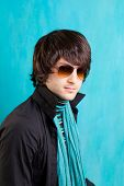 pop-rock indie britânica olhar retro anca jovem com óculos de sol azul