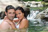 Closeup de alegre pareja bañándose en el río