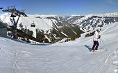 Winterpanorama mit Skifahrer