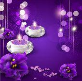 Hintergrund mit romantischen Kerzen und Veilchen auf Lila Hintergrund