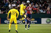 CARSON, CA. - 9 de abril: Chivas USA M Ben Zemanski #21 y Columbus Crew F Emilio Renteria #20 durante