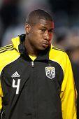 CARSON, CA. - 9 de abril: Columbus Crew D Andy Iro #4 durante el partido de la MLS entre Columbus Crew & Chiva