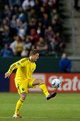 CARSON, CA. - 9 de abril: Columbus Crew M Robbie Rogers #18 durante el partido de la MLS entre Columbus Crew &