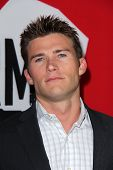 LOS ANGELES - 29 de JAN: Scott Eastwood chega na