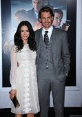 LOS ANGELES - 07 de JAN: Abigail Spencer & Josh Pence chega para o Prem de Los Angeles