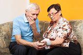 Preocupado com idosos, medir pressão arterial