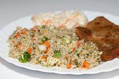 Brauner Reis mit Fisch und Gemüse.