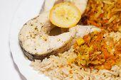 gesunde Ernährung - brauner Reis mit Fisch und Gemüse