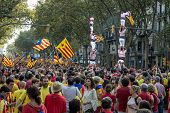 People Manifasteting Ingependence On The Strret Of Barcelona