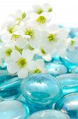Flores brancas em pedras de vidro azul