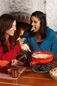 Mujeres comer Fondue