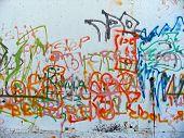 Graffiti pulverizado em uma parede