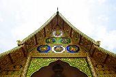 Frontão da Igreja é decorado com imagens de animais selvagens Hiampoan.