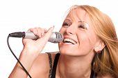 Menina cantando