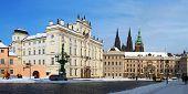 Castelo de Praga no inverno com neve